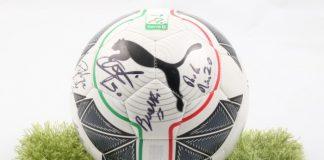 Il pallone autografato dai giocatori dell'Entella
